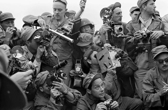 International Press photographers covering the Korean War. Kaesong, South Korea. 1952. / Fotografi della stampa internazionale mentre riprendono la Guerra Coreana