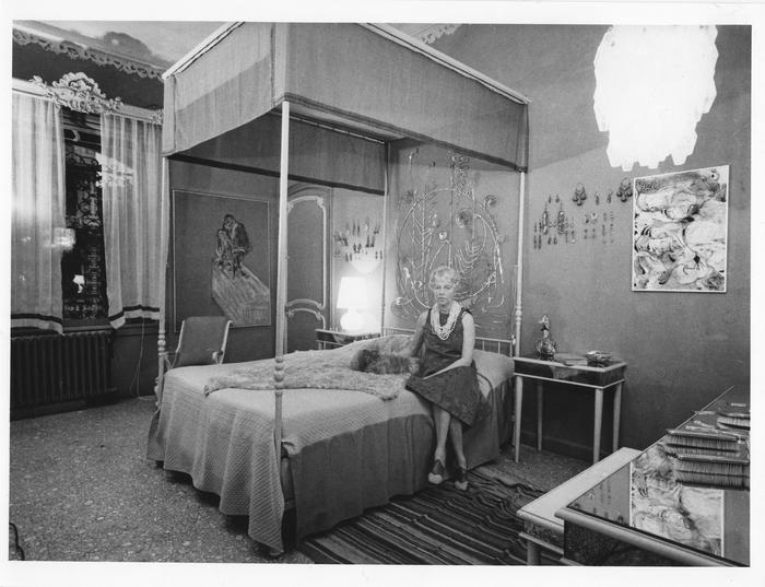 Peggy guggenheim nella sua camera da letto a palazzo venier dei leoni alle sue spalle la - Un letto di leoni ...
