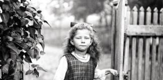 fotografia August Sander bambina al cancello