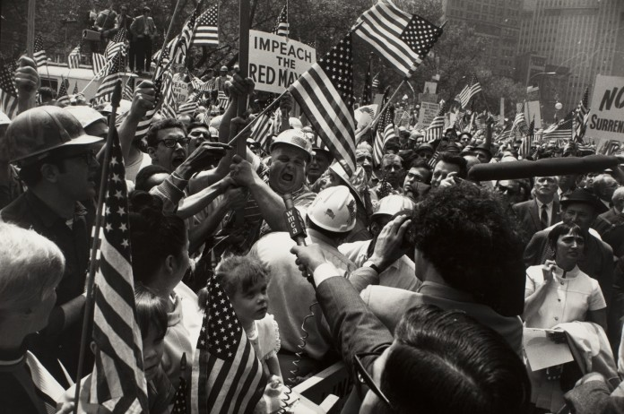 foto Garry Winogrand mostra Flags of America modena