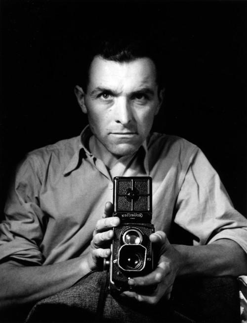 Autoportrait au Rolleiflex, 1947_copyright © atelier Robert Doisneau