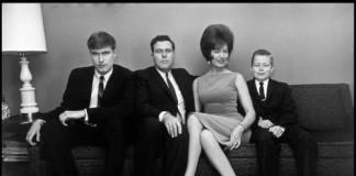 Elliott Erwitt famiglia sul divano