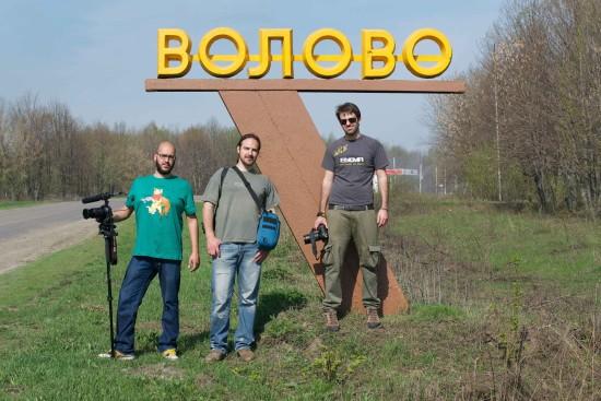 Marmiroli e la troupe davanti all'ingresso di Volovo