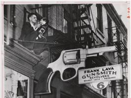 weegee mostra a palazzo magnani reggio emilia insegna pistola