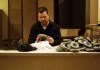 fotorafia di un uomo alla scrivania per la mostra sull irlanda a modena