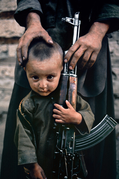Un bambino accanto a suo padre, Kabul, Afghanistan, 1992