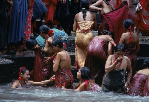 Bagno delle donne nepalesi nel fiume Bagmati, Kathmandu, Nepal, 1984.