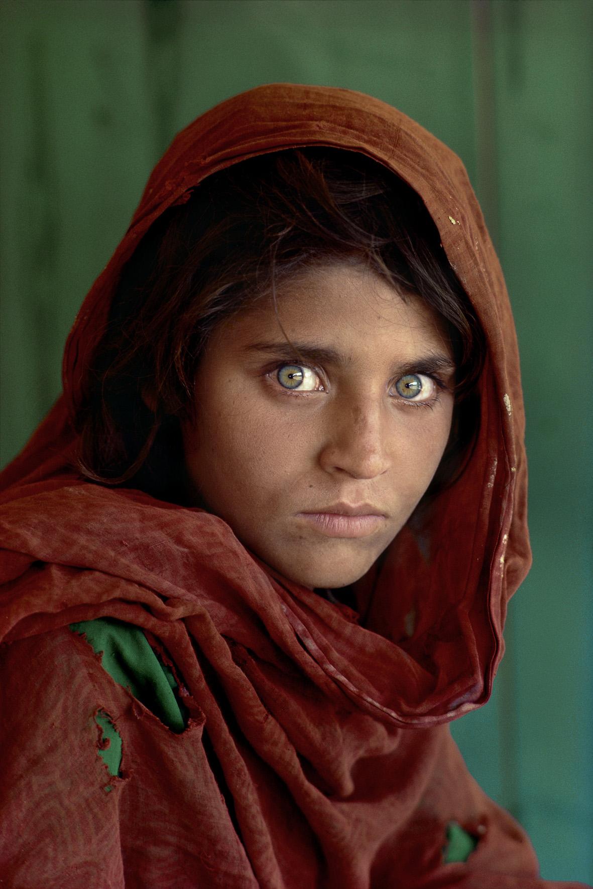Sharbat Gula, ragazza afgana al campo profughi di Nasir Bagh vicino a Peshawar, Pakistan, 1984