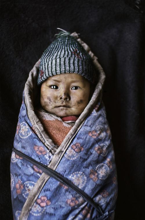 Bambino avvolto in una coperta, Xigaze, Tibet, 1989