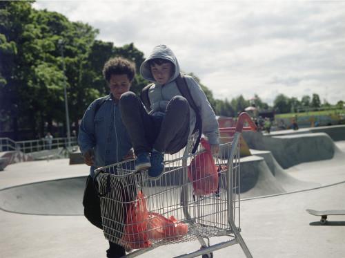 fotografia ragazzi con carrello della spesa summer show mostra studenti fotografia modena