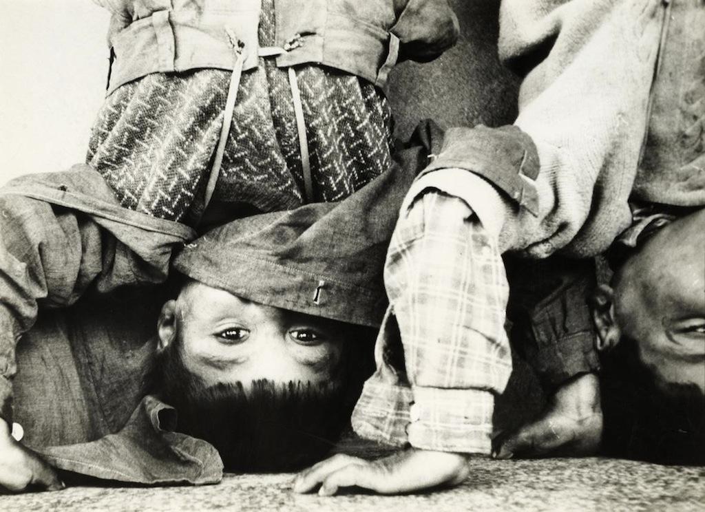 Lucien Clergue: Bambini gitani, Anni Cinquanta. Collezione privata Dionisio Gavagnin