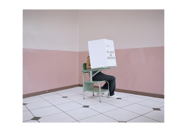 Un elettore esprime la sua preferenza durante le elezioni presidenziali del 18 febbraio 2013, dove Correa è stato riconfermato per il suo secondo mandato con il 57% dei consensi.