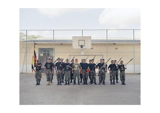 Una squadra di Arutam, guerriglieri indigeni di etnia Shuar, integrati nell'esercito durante la guerra del Cenepa contro il Peru nel 1995, per difendere la regione amazzonica del paese. Sono venuti a Macas, nella zona sud orientale del paese, per seguire la diretta tv del sabato mattina  che il Presidente Correa teneva in questo piccolo paese. Dicembre 2011.
