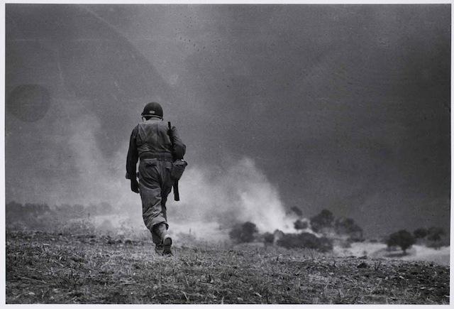 Soldato americano in perlustrazione nei dintorni di Troina, 4-5 agosto 1943 Fotografia di Robert Capa © International Center of Photography/Magnum  – Collezione del Museo Nazionale Ungherese