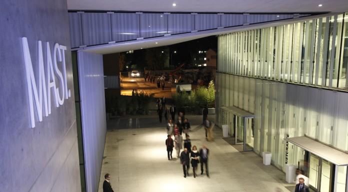 foto esterno serale mast per inaugurazione della biennale di fotografia industriale al mast