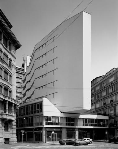 Milano, Grattacielo Italia di Luigi Moretti 2010 stampa b/n ink-jet montata su dibond, cm 110x140, courtesy Fondazione MAXXI