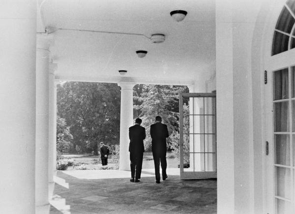 Il presidente John F. Kennedy e il ministro della giustizia Robert F. Kennedy nel colonnato dell
