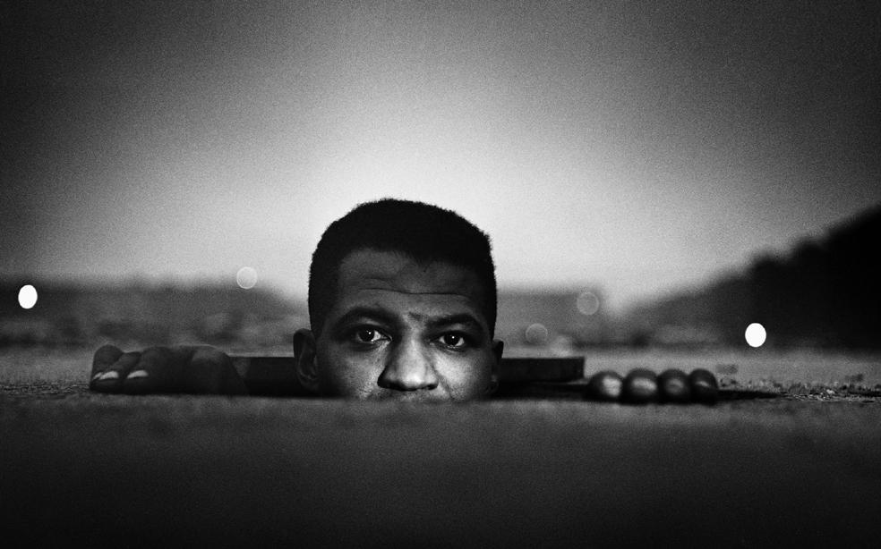 Gordon Parks, Uomo che sbuca, Harlem, New York, 1952 copyright © The Gordon Parks Foundation