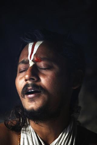 Ganges_0004  Un Sâdhu recita il sacro testo del Ramayana  Dev Prayag, India 2008