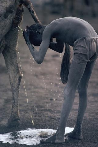 Nile_0014  Un ragazzo Nuer si lava i cappelli con l'urina di mucca Jonglei, Sudan del Sud 1981