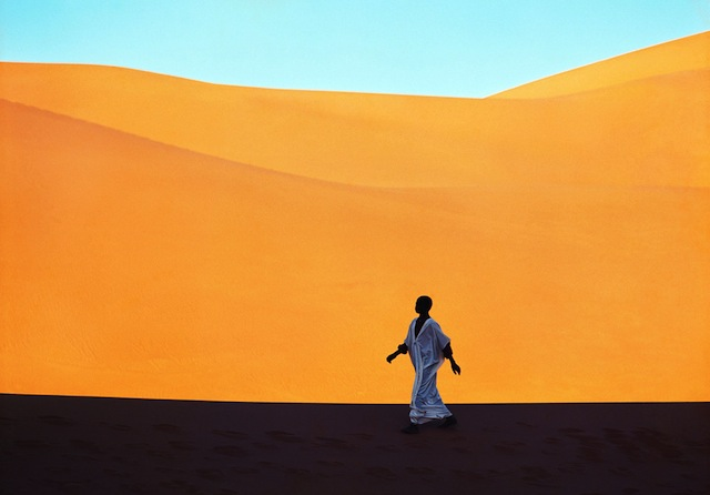 Sahara_0005  Un ragazzo attraversa una valle di dune Kerzaz, Algeria 1972