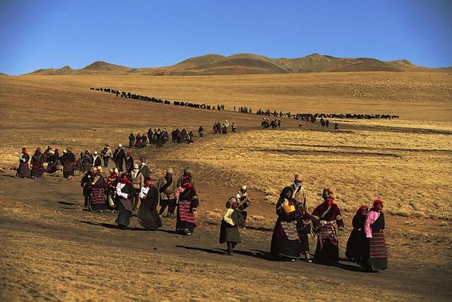Tibet_0008  Durante la celebrazione del Lhabab Duchen, i pellegrini camminano intorno a una collina sulla quale si erge uno stupa Tibet, Cina 1991