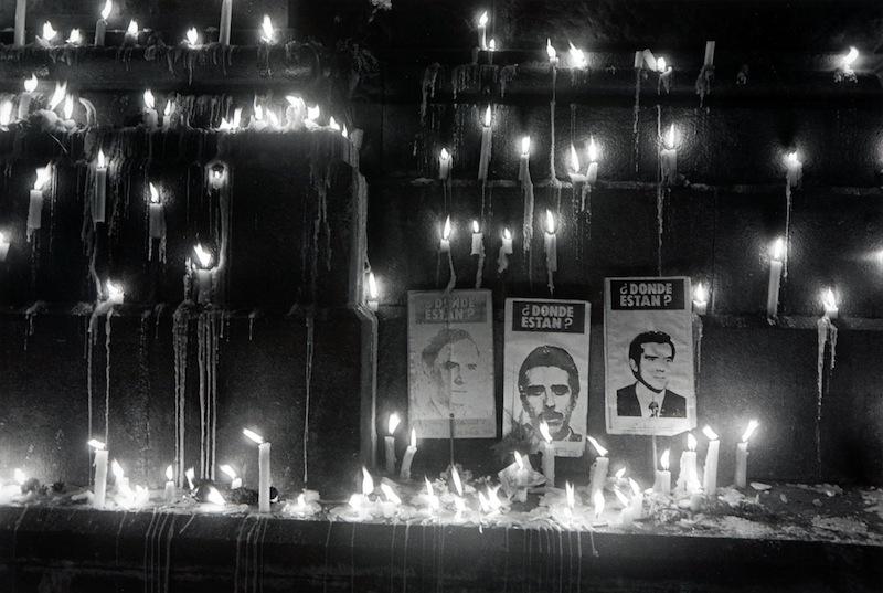 Hector Lopez, Catedral de Santiago. Hommenaje a los Detenidos Desaparesidos, 1984 © Hector Lopez Raccolta della fotografia, Galleria civica di Modena