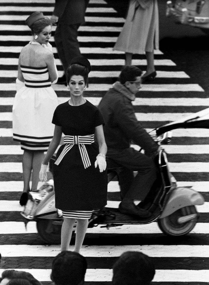 Simone + Nina, Piazza di Spagna, Rome 1960 (Vogue) © William Klein