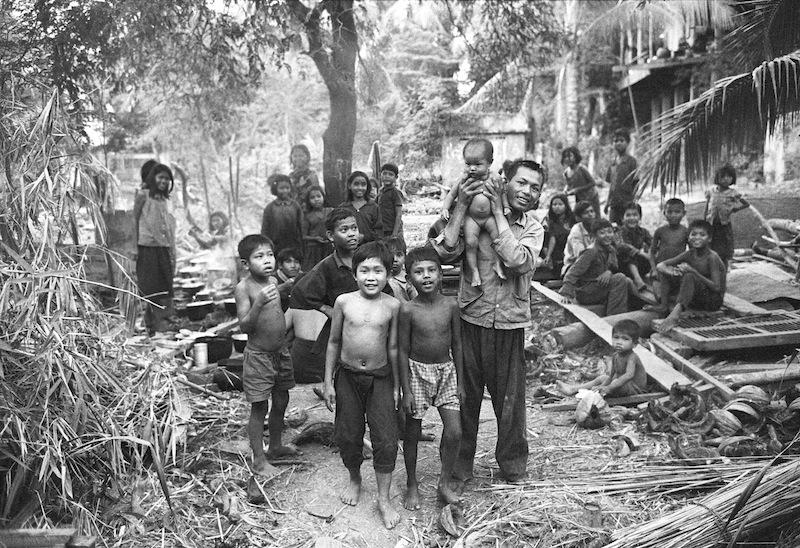 I resti di un villaggio vengono ripopolati, 1980 © Archivio Terzani