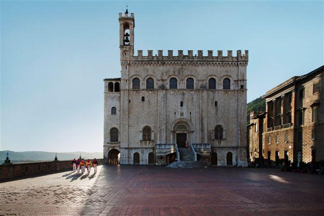 """Steve McCurry, Piazza with 6 """"ceraioli"""", Piazza del Duomo, Gubbio"""