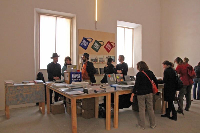 Oliver al bookshop di Micamera allestito ai Chiostri di San Pietro a Reggio Emilia