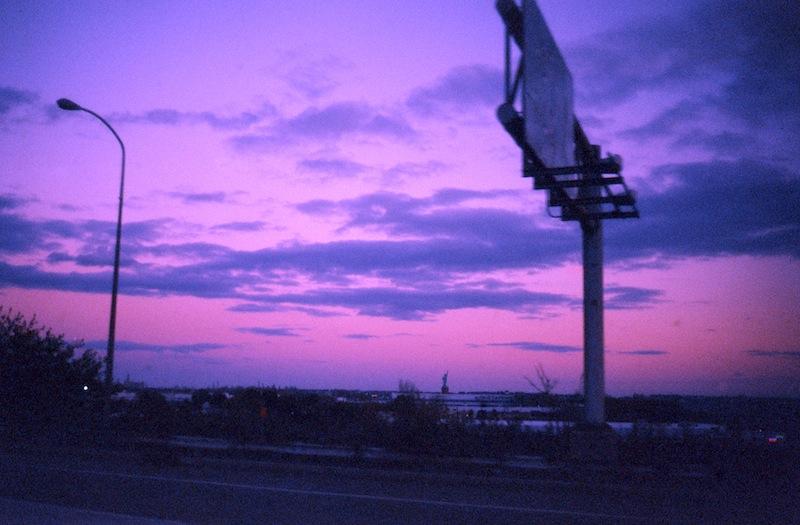 sulla strada dell'aeroporto Liberty a Newark, NJ. In lontananza la statua della liberta'.