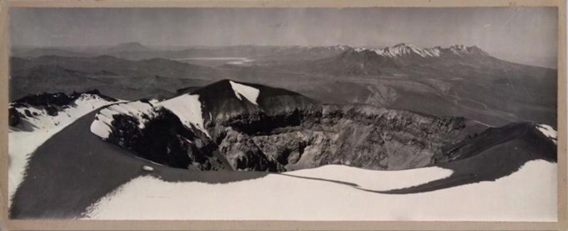 Max T. Vargas, Vista del cratere del vulcano El Misti, Arequipa, 1900, 22.5 x 59.5 cm