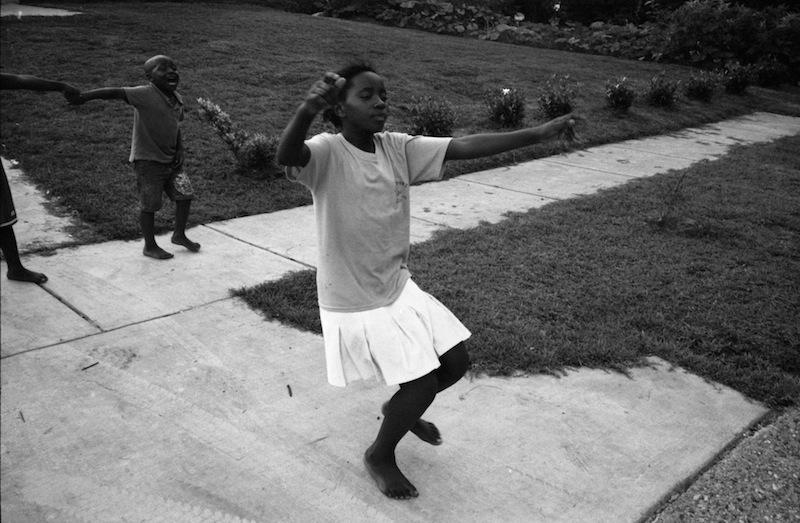 A Mobile, Al, La casa di Sunzu Noel e' popolata di nipoti e amici che giocano e ballano, partecipando con gioia alla loro nuova vita. Gabriele Stabile/CESURA