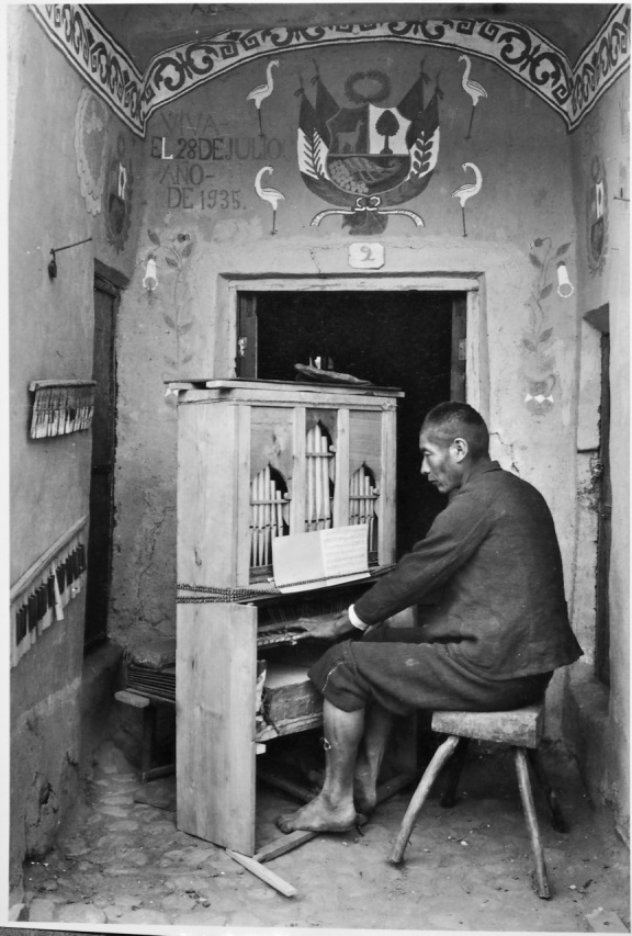Martin Chambi, Organista nella cappella di Tinta, Cusco, 1935 ca., 25.3 x 20.3 cm