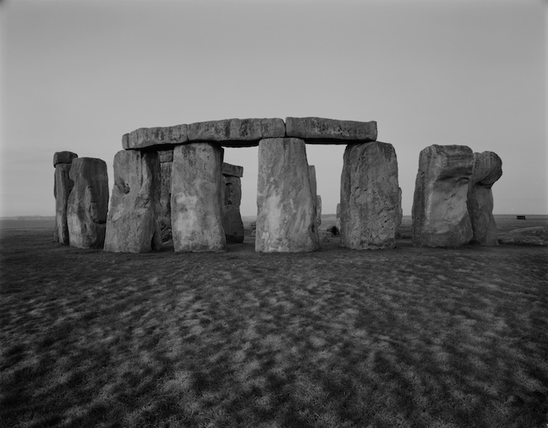 "Kenro Izu Stonehenge #69, England, 1981 dalla serie ""Sacred Places"" stampa ai sali d'argento, 25x33 cm courtesy l'autore"