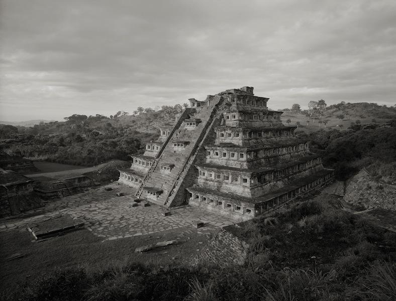 """Kenro Izu Tajin #13, Mexico, 1987 dalla serie """"Sacred Places"""" stampa ai pigmenti 71x102 cm courtesy l'autore"""