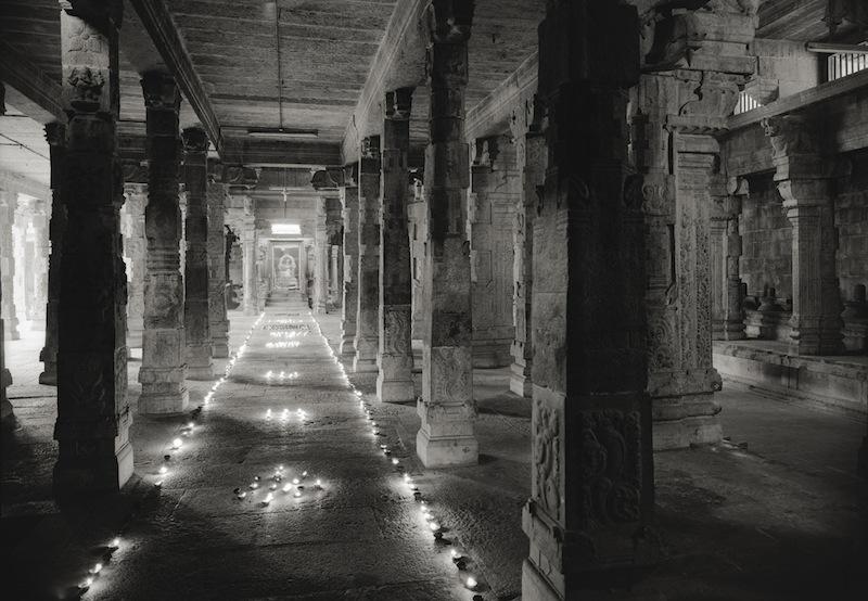 "Kenro Izu Kanchipuram #638, India, 2012 dalla ""India Where Prayer Echoes"" stampa ai pigmenti,  72x102 cm courtesy l'autore"