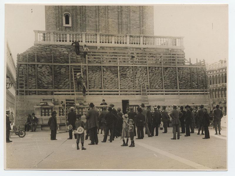 Campanile di San Marco.  La loggetta del Sanso ricoperta e protetta con sacchi di sabbia stampa alla gelatina, 1915