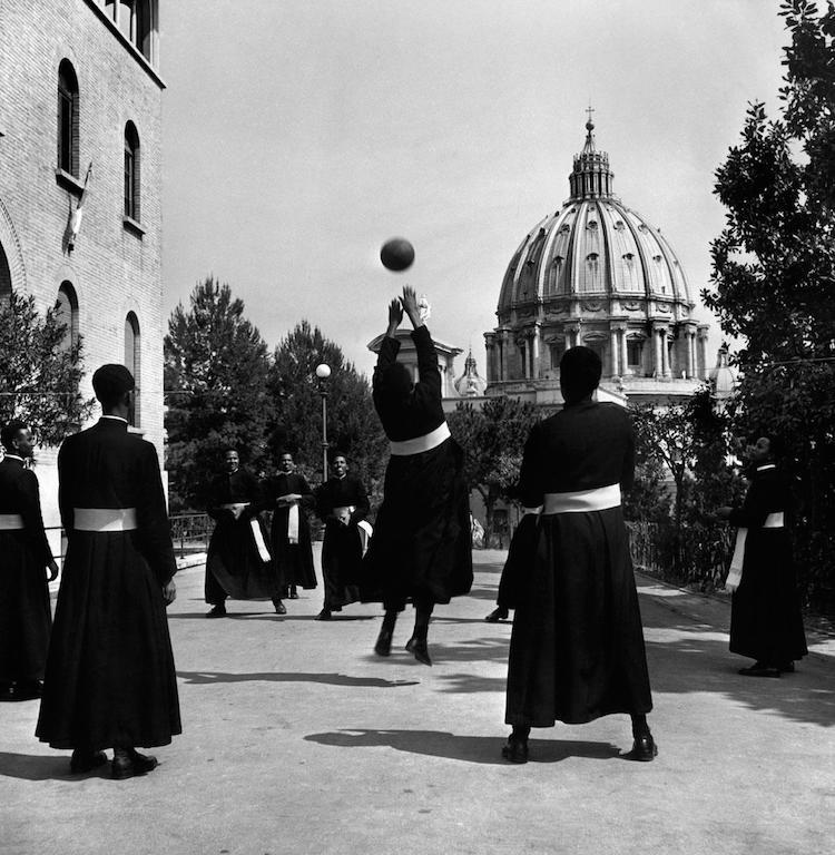 Seminaristi di colore giocano a pallavolo. Vaticano, Italia, 1949. © David Seymour / Magnum Photos