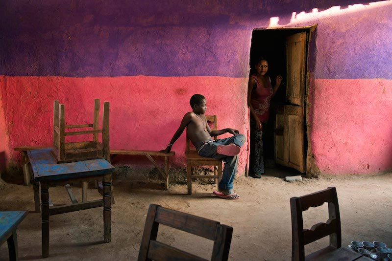 Un ragazzo seduto su una sedia, Omo Valley, Ethiopia, 2013 ©Steve McCurry