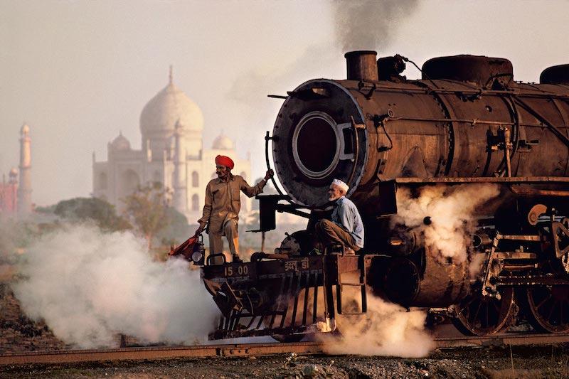 Operai su una locomotiva a vapore, India, 1983  ©Steve McCurry