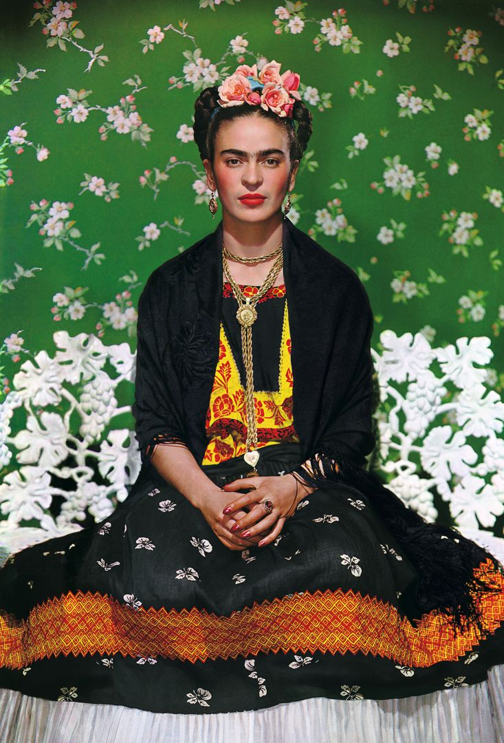 Nickolas Muray Frida Kahlo on Bench # 5, 1939 Stampa carbografica inchiostrata, cm 45,5x36 Cuernavaca, The Jacques and Natasha Gelman Collection of 20th Century Mexican Art Photo by Nickolas Muray © Nickolas Muray Photo Archives