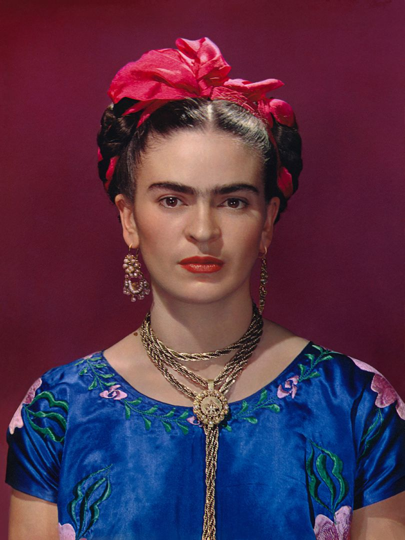 Nickolas Muray Frida Kahlo con un vestito azzurro 1939 The Jacques and Natasha Gelman Collection of 20th Century Mexican Art and The Vergel Foundation, Cuernavaca Photo by Nickolas Muray © Nickolas Muray Photo Archives