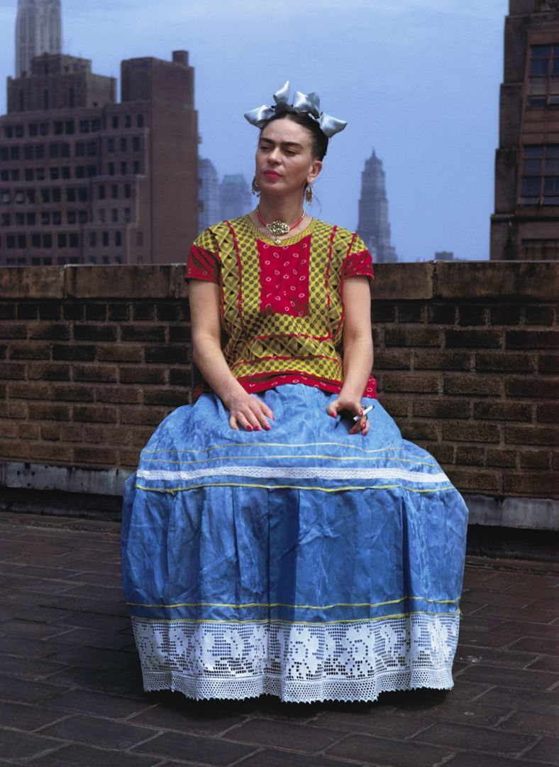 Nickolas Muray Frida Kahlo a New York, 1946 Stampa carbografica inchiostrata, cm 46x33,7 Cuernavaca, The Jacques and Natasha Gelman Collection of 20th Century Mexican Art Photo by Nickolas Muray © Nickolas Muray Photo Archives