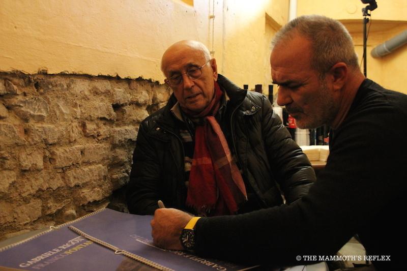 Fontana e Rigon intenti a firmare le copie del calendario limited edition