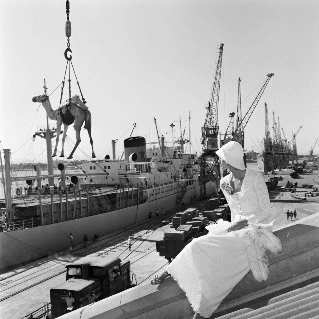 Gian Paolo Barbieri - Jill Kellington, Vogue France, Port Sudan,1974. Per gentile concessione di 29 Arts In Progress