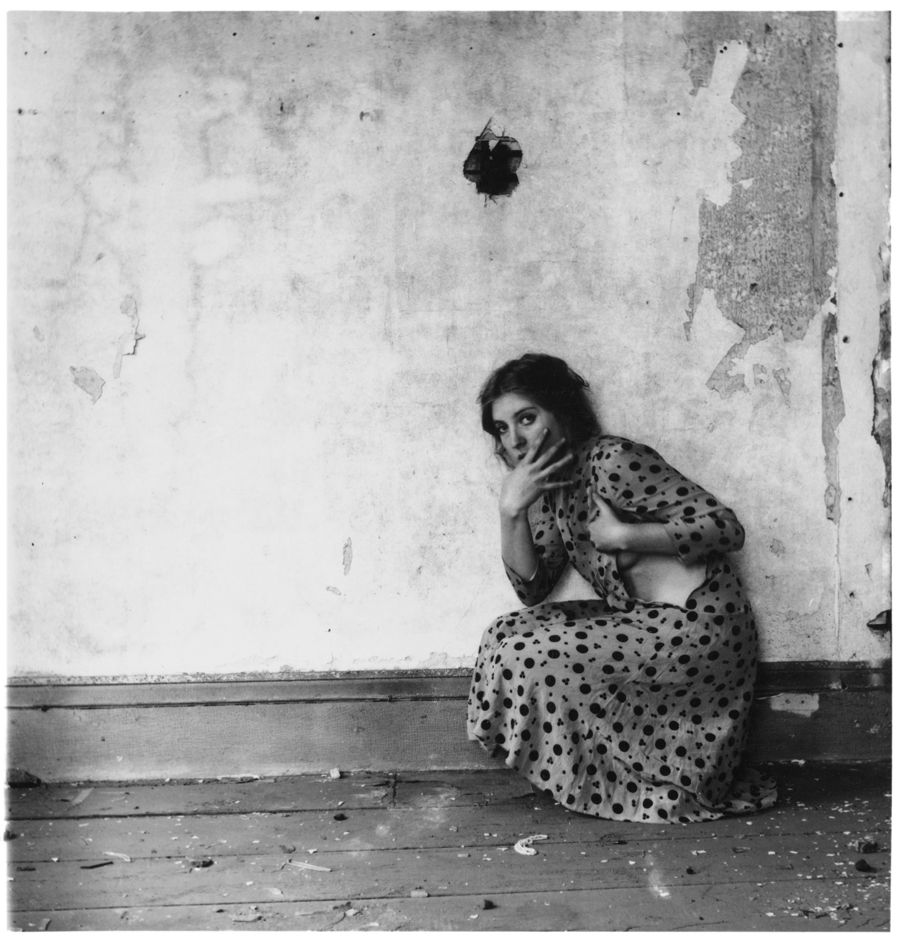 Francesca Woodman, Polka Dots, Providence, Rhode Island, 1976, stampa alla gelatina d'argento