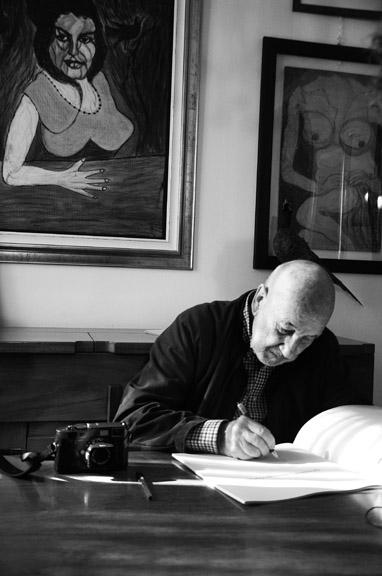 Gianni Berengo Gardin firma il catalogo della mostra - Foto Nicolo Cecchella