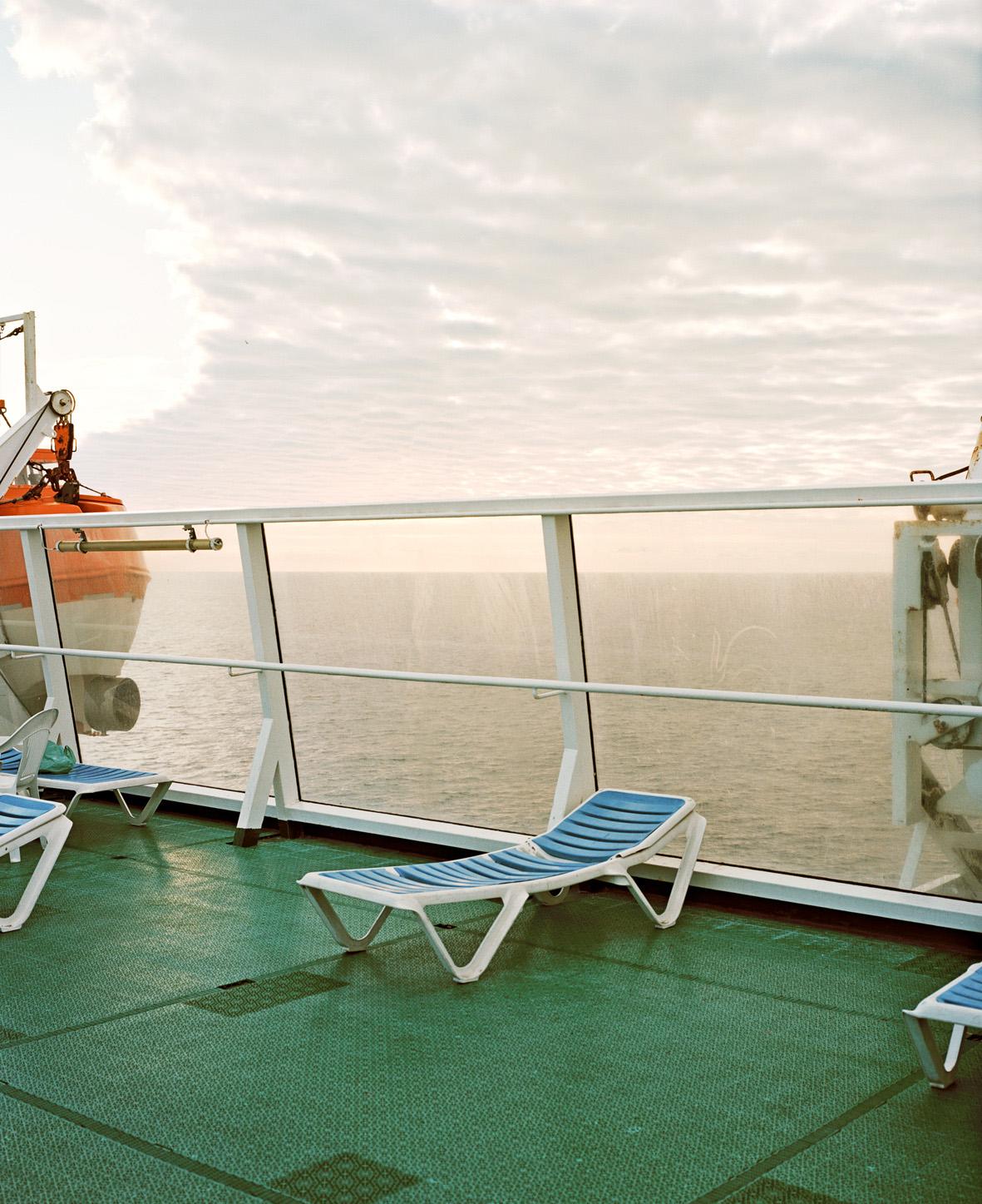Eva Leitolf (*1966) Überfahrt, Melilla-Almería, Mittelmeer, 2009 aus der Serie: Postcards from Europe Archivpigmentdruck auf Karton, Konsole, Postkarten, 68,6 x 83,5 cm © VG Bild-Kunst, Bonn 2015